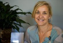 Suzanne Robichaud, assise à une table dans son bureau.