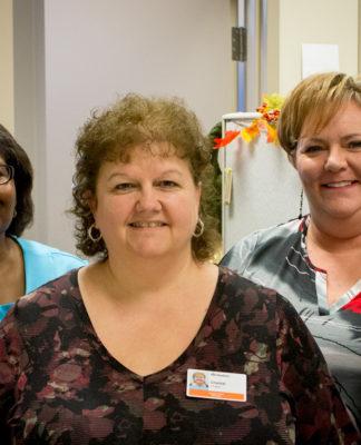Groupe de cinq femmes qui composent l'équipe de transcription médicale.