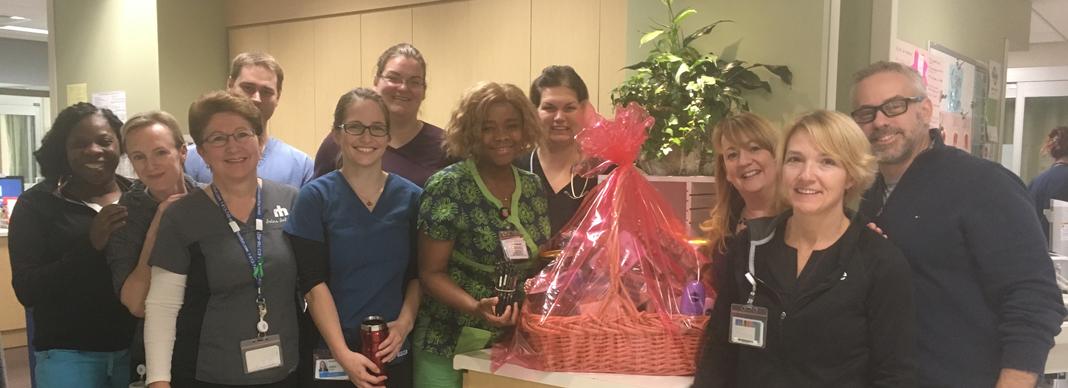 L'équipe des soins intensifs avec leur panier-cadeau