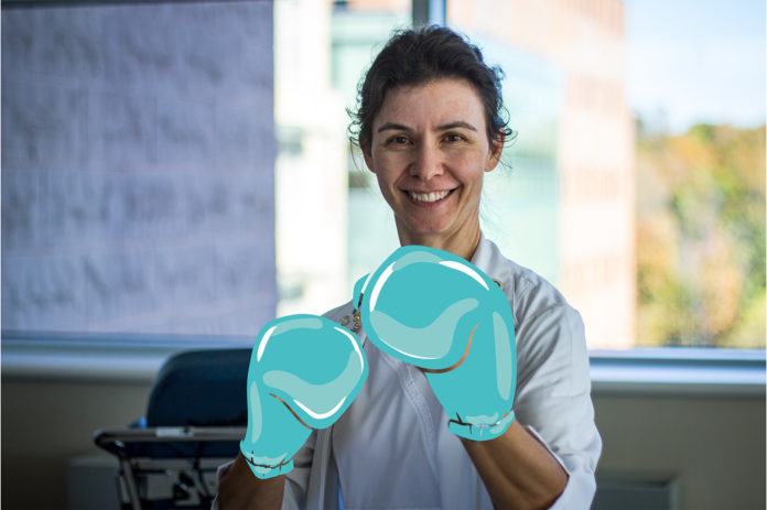 Infirmière portant fièrement des gants de boxe