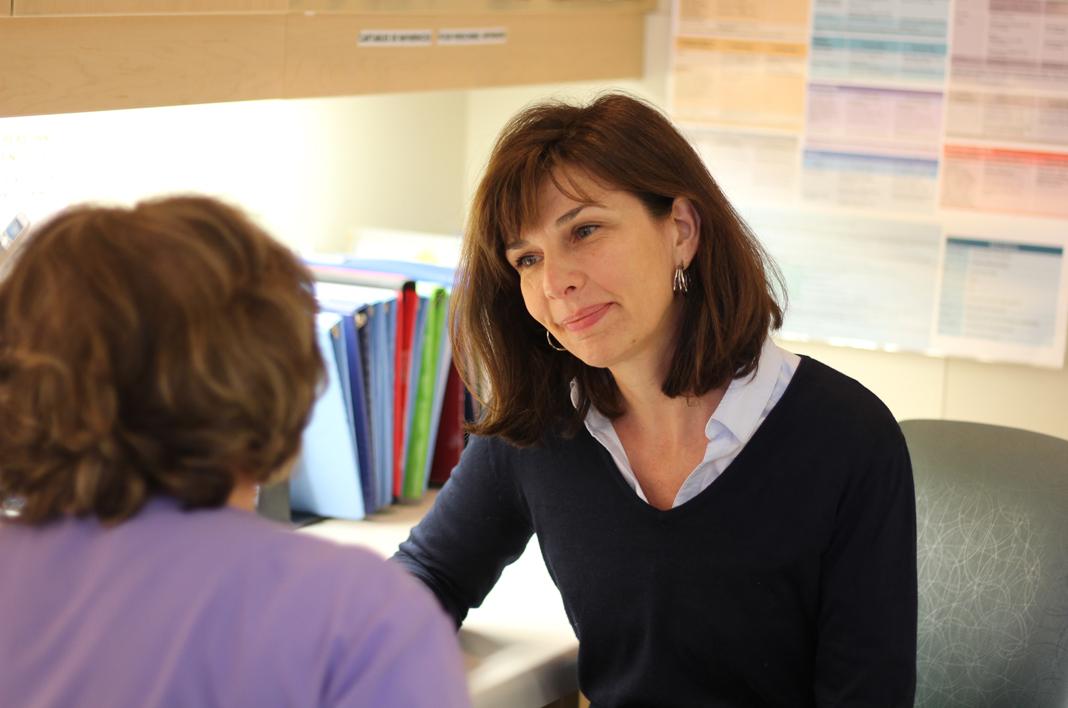 Sandra en conversation avec une infirmière