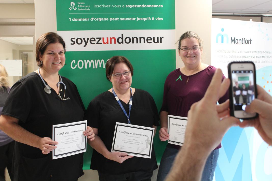 Véronique Papineau, Renée Gagné et Cathy Mahoney avec un certificat du Réseau Trillium