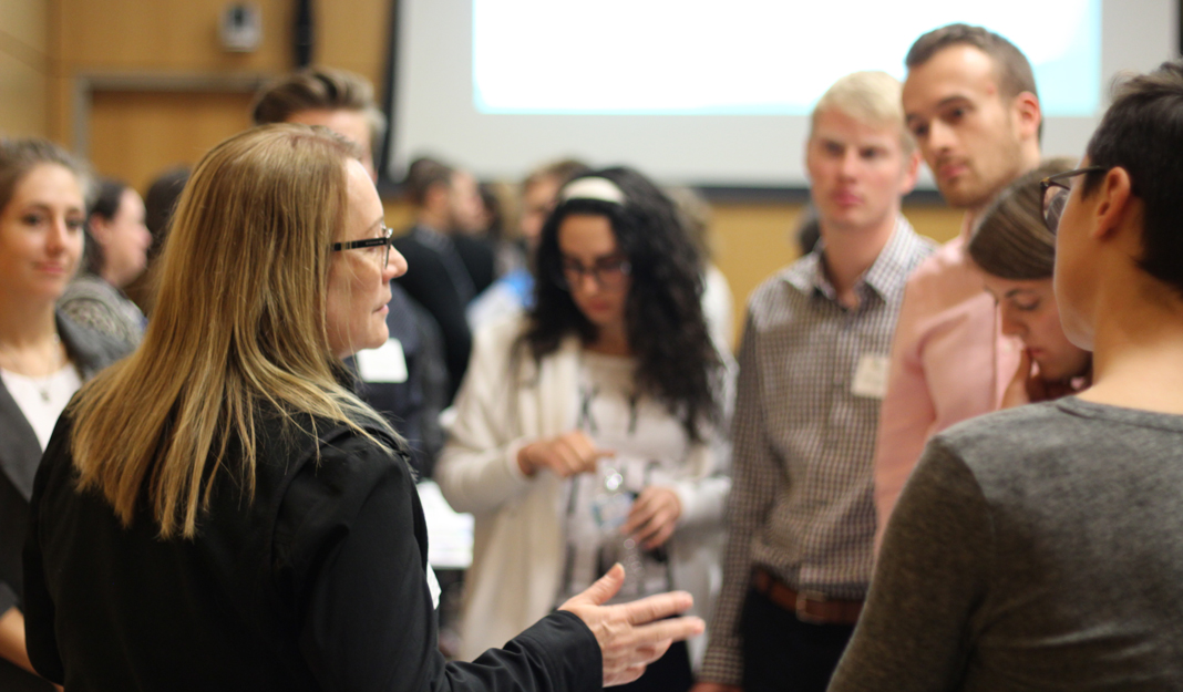 Ginette de l'ISM en conversation avec des étudiants