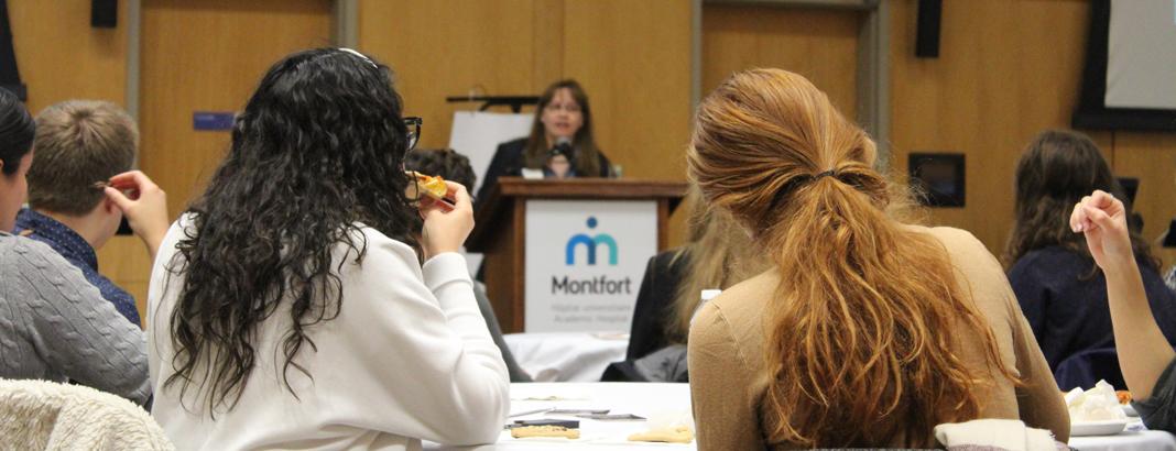 Martine Francoeur présente les aspects uniques de Montfort aux étudiants