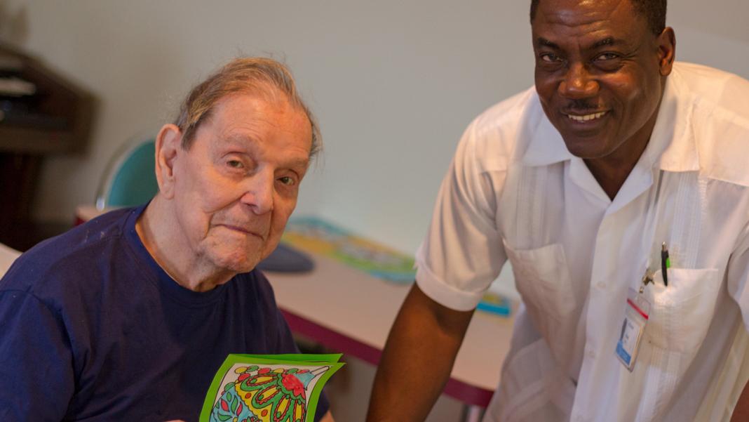 Un patient avec une carte et son infirmier