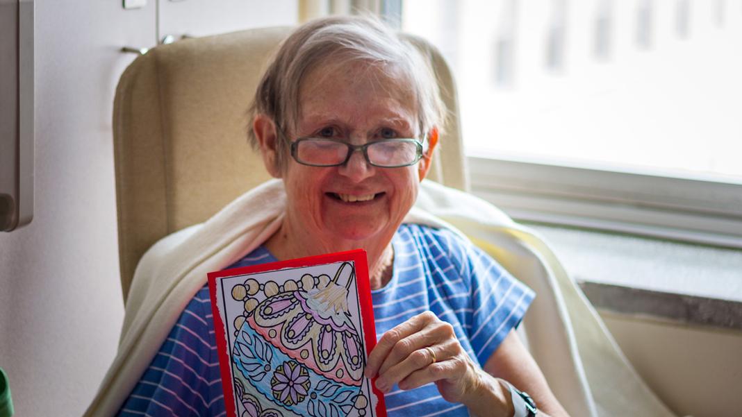Patiente avec carte de Noël