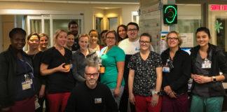 Équipe des Soins intensifs regroupée au poste infirmier de l'unité.