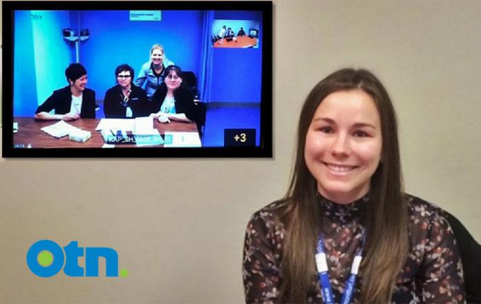 Photo montrant un écran sur lequel on peut voir trois infirmières en consultation via télémédecine, et à droite, le médecin consulté.