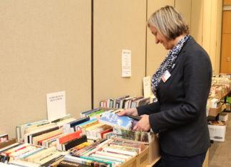 Suzanne Robichaud qui choisi des livres