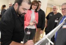 Philippe Fournier et d'autres participants des groupes focus signent le code de conduite