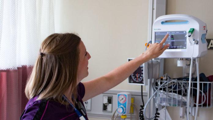 Infirmière en train de configurer un moniteur