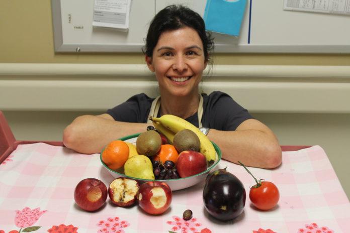 Valérie explique les plaies à l'aide de fruits
