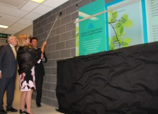 Dr Bernard Leduc, Christine Sigouin et Lawrence Greenspon lors du dévoilement du mur de la reconnaissance
