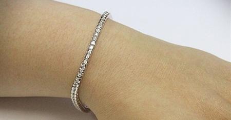 Le bracelet perdu par une bénévole