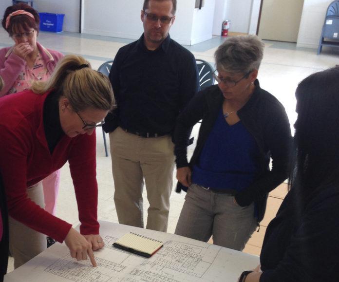 Les participants examinent les plans avec l'architecte