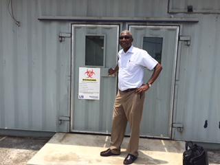 Dr Loemba à l'extérieur du laboratoire