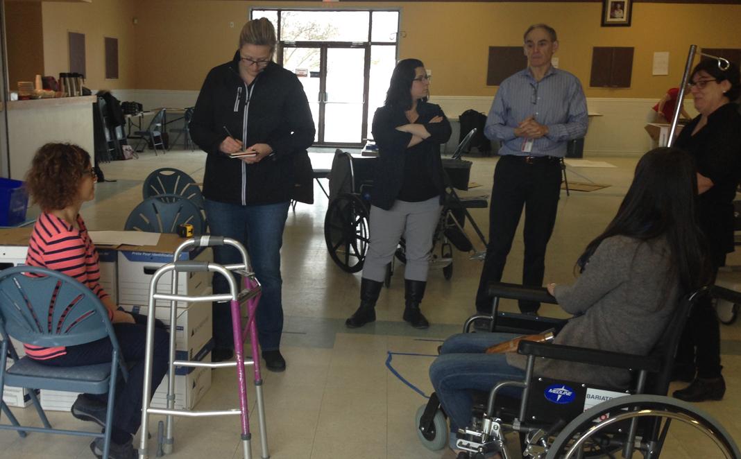 Cathy Pacifici, l'architecte, Hélène Manning-Lemieux, Dr John Joanisse et Carolyne Mondoux écoutent le point de vue de Francine Tremblay, patiente-partenaire