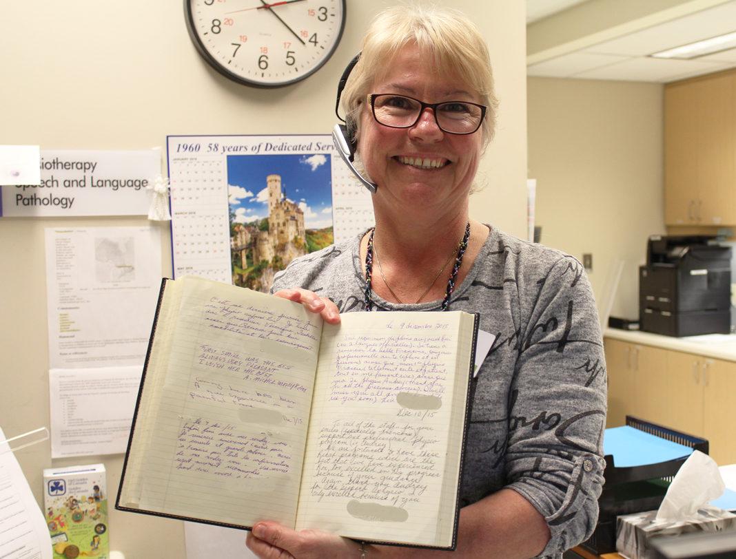 Francine Périard et le livre d'or des Services thérapeutiques