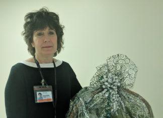 Marie-France Lessard avec le panier de fruits