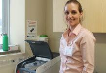 Myriam Veilleux, gestionnaire clinique au 3C, avec la machine