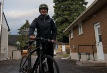 Maryse Bourbonnais avec sa bicyclette