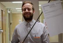 Un technicien en informatique tient une canne à pêche au bout de laquelle on peut voir un courriel indésirable