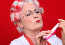 Dame âgée en train de se faire un manucure