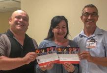 Femme heureuse d'avoir gagné des billets pour un festival