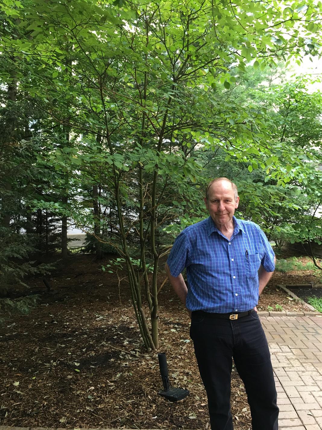 Al Crosby, en visite dans la cour de la cafétéria à Montfort