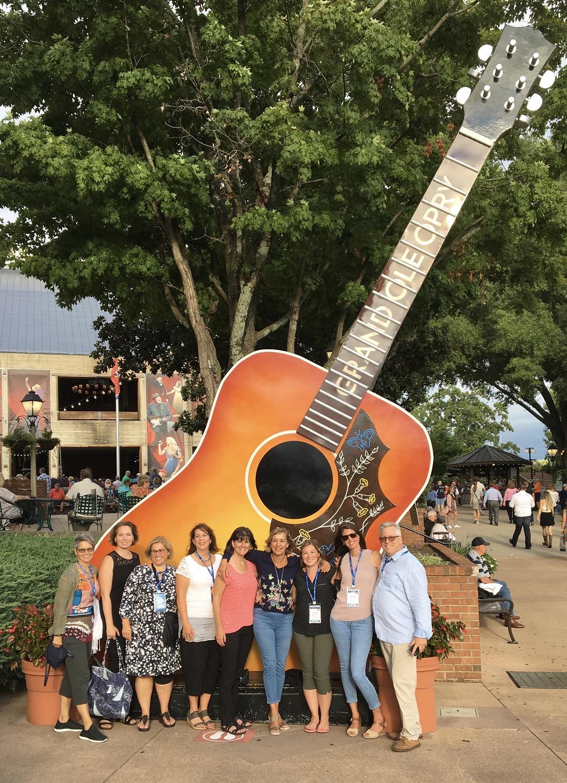 L'équipe de Montfort devant la guitare géante à Nashville
