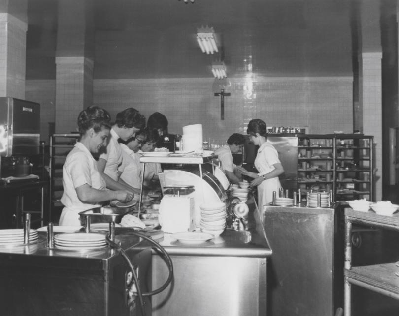 Personnes travaillant dans la cuisine à Montfort dans les années 1960