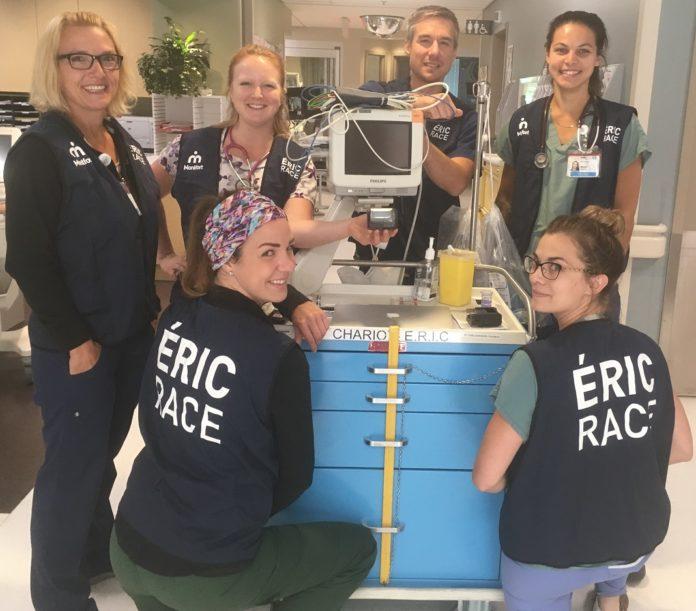 Les membres de l'équipe ERIC présentent leur nouveau dossard