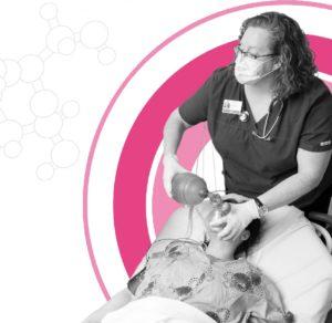 Médecin de l'urgence avec une patiente