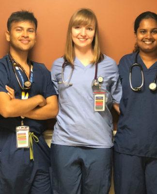 CInq jeunes étudiants en médecine debout