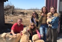 La famille Marleau en train d'adopter le chien Myko
