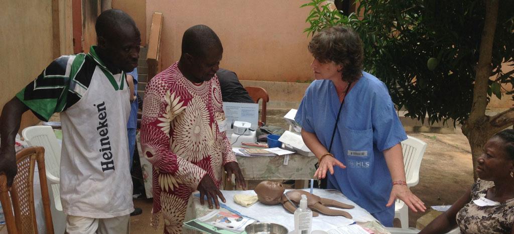 Médecin avec trois personnes africaine