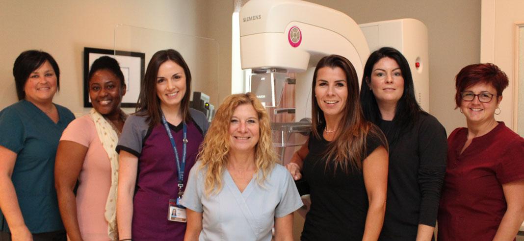 7 femmes devant une machine de mammographie
