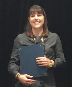 Femme qui sourit avec un certificat