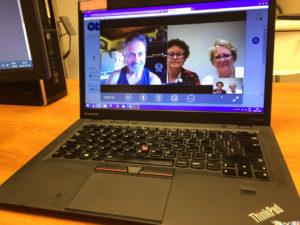 Trois personnes en conversation virtuelle sur un ordinateur portable