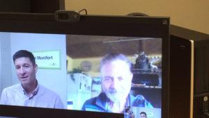 Deux hommes en conversation virtuelle sur un ordinateur