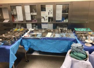 Des tables remplies d'instruments chirurgicaux