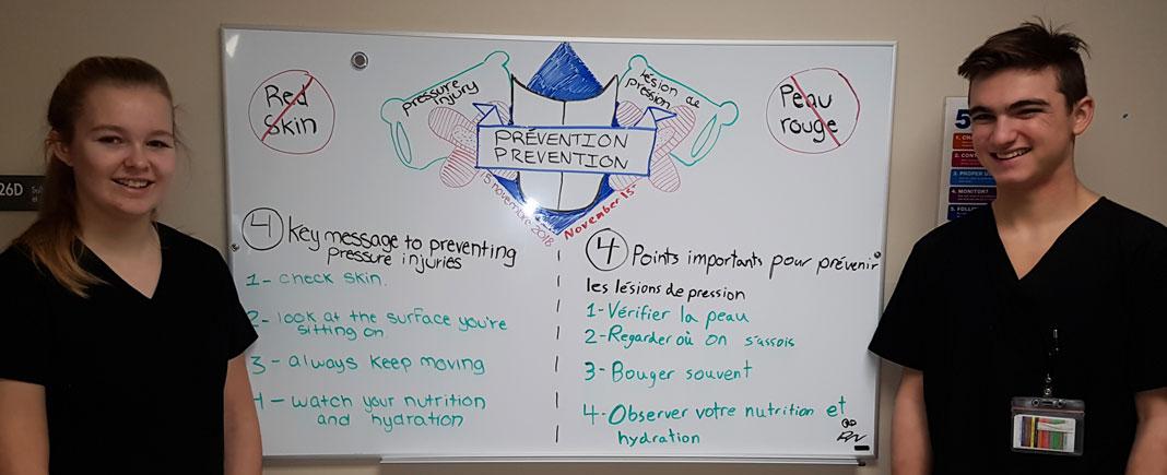 Explication des points importants pour la prévention des plaies de pression sur un tableau blanc avec deux adolescents