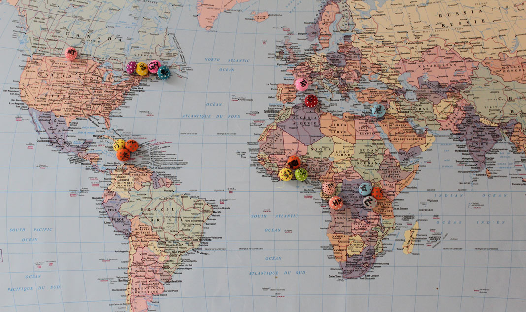 Carte du monde avec des punaises