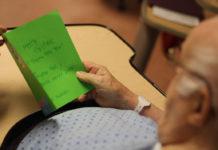 Homme qui lit une carte verte