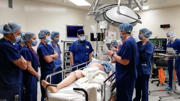 Une équipe médicale est rassemblée dans une salle d'opération.