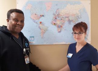 Un homme et une femme devant une carte du monde