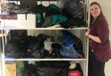 Femme avec des sacs de vêtements