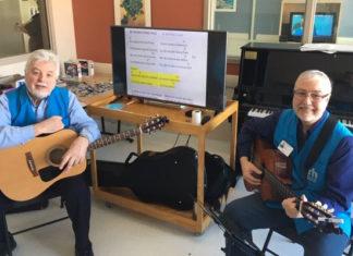 Deux hommes avec des guitares