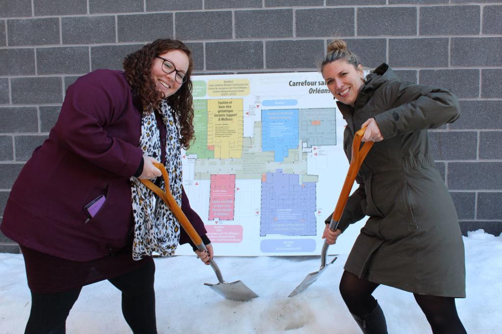 Deux femmes heureuses qui pelletent de la neige