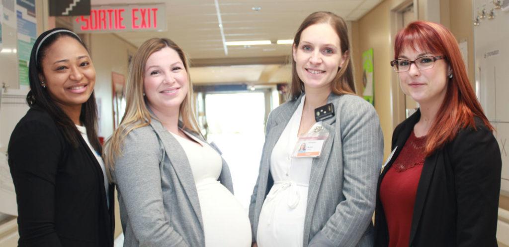 4 jeunes femmes qui sourient dans un corridor d'hôpital